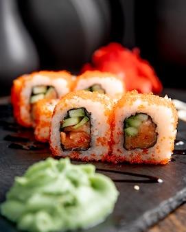 I rotoli di sushi con il cetriolo sono servito con wasabi