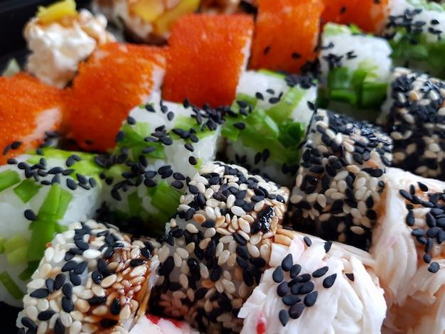 I rotoli di sushi freschi hanno fissato il concetto dell'alimento
