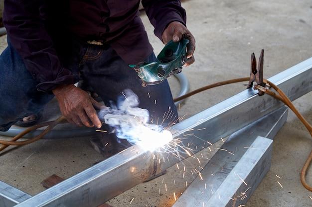 I saldatori stanno saldando l'acciaio in fabbrica