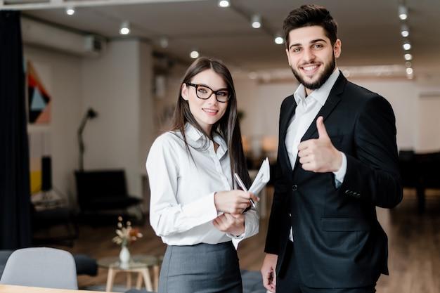 I soci commerciali uomo e donna lavorano nell'ufficio