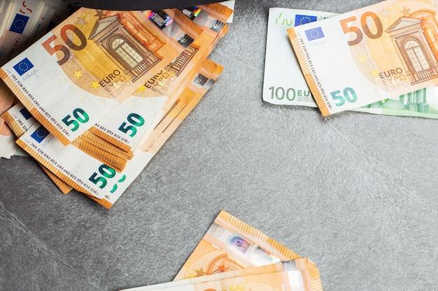 I soldi. contanti in euro. banconote in euro. mucchio di banconote in euro di carta come parte del sistema di pagamento del paese unito 50 100 200. cinquanta, cento e duecento euro. sfondo.