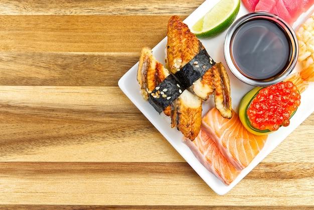 I sushi giapponesi tradizionali hanno messo su un piatto bianco