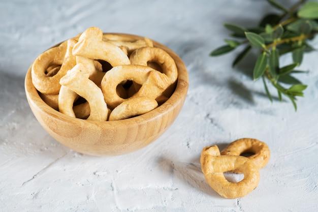 I taralli o tarallini sono snack tradizionali italiani tipici della cucina regionale pugliese