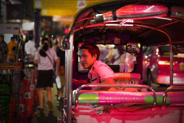 I taxi di tuk tuk stanno aspettando i turisti