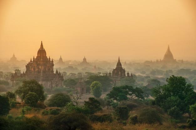 I templi di, bagan all'alba, mandalay, myanmar