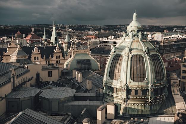 I tetti di praga e obecni dum vista dalla torre poder. repubblica ceca