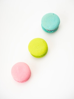 I tre macarons dolci amano su bianco