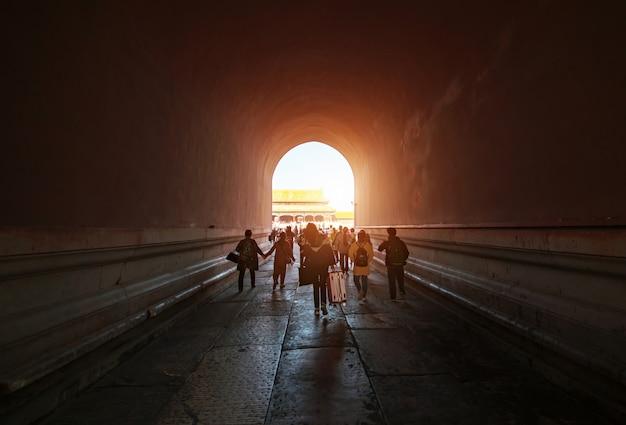I turisti a piedi attraverso il corridoio della città proibita, pechino, cina