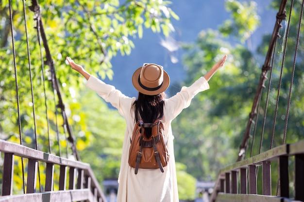 I turisti femminili allargano le braccia e tengono le ali