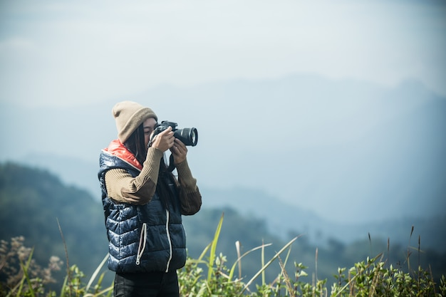 I turisti femminili fotografano