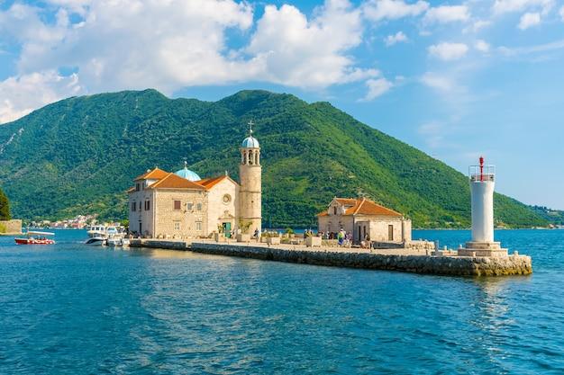 I turisti hanno navigato su uno yacht per l'isola di gospa od skrpela nella baia di boka di cattaro.