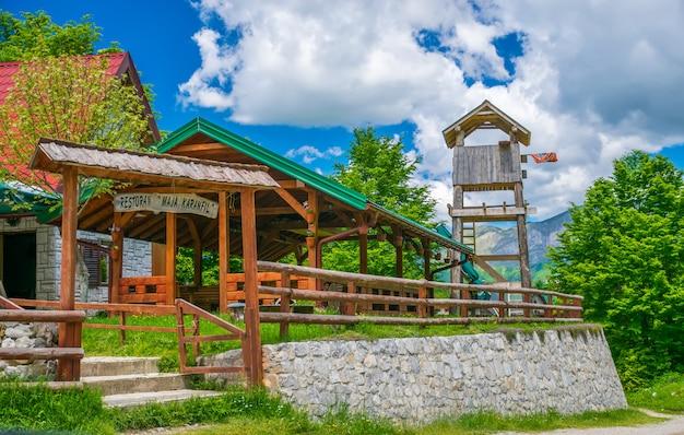 I turisti hanno visitato il ristorante, che si trova nella pianura tra le alte montagne innevate.