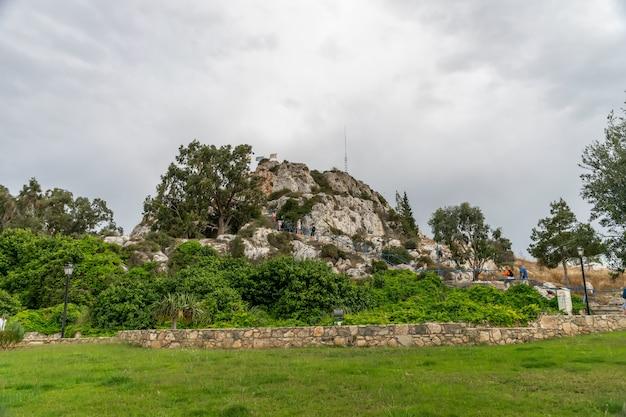 I turisti hanno visitato la chiesa del profeta elia sulla cima della montagna.