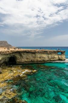 I turisti hanno visitato uno dei luoghi più famosi. grotte marine