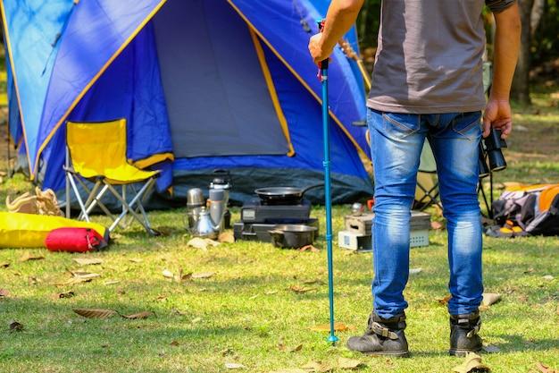 I turisti maschi preparano le attrezzature per camminare nella foresta per far brillare gli uccelli.