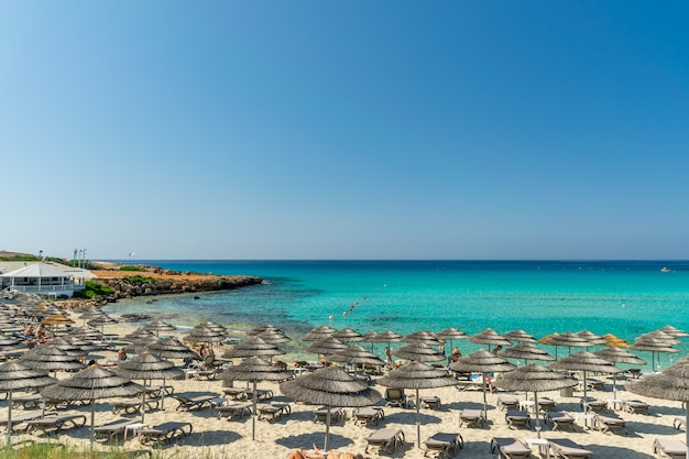 I turisti si rilassano sulla famosa spiaggia di cipro. nissi beach