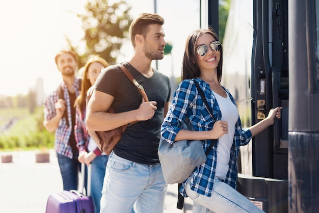 I turisti stanno prendendo un comodo autobus da viaggio.