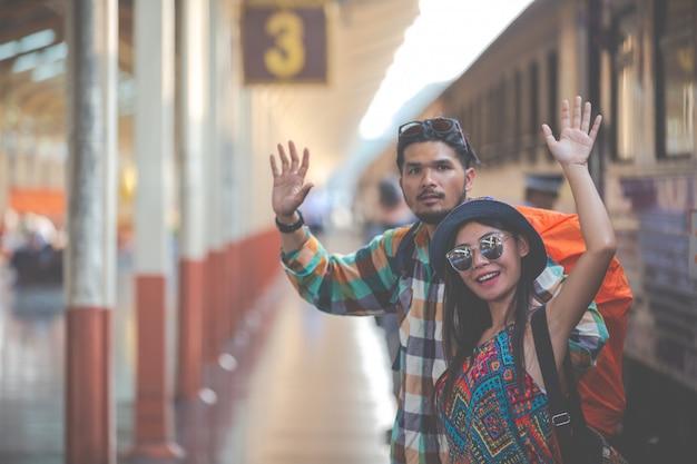 I turisti viaggiano alla stazione ferroviaria.