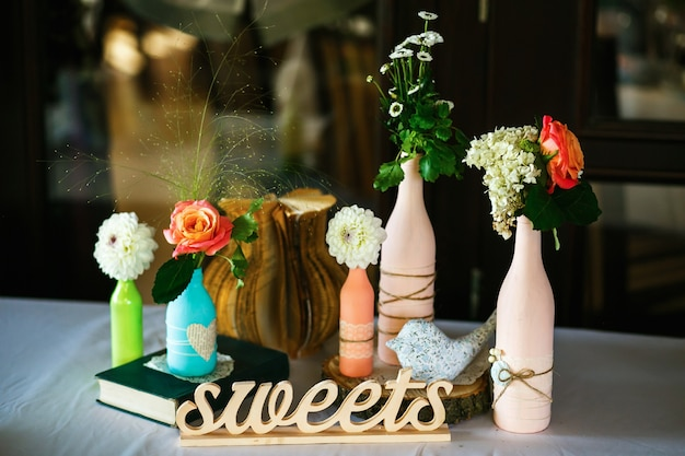I vasi con i fiori sono sul banchetto