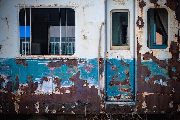 I vecchi vagoni del treno in una stazione abbandonata.