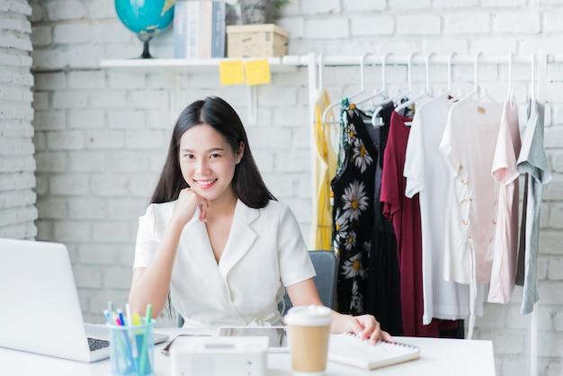 I venditori di donne online stanno vendendo vestiti. attraverso il social network nella sua casa