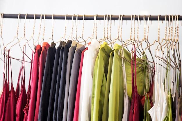 I vestiti alla moda sono appesi nel negozio