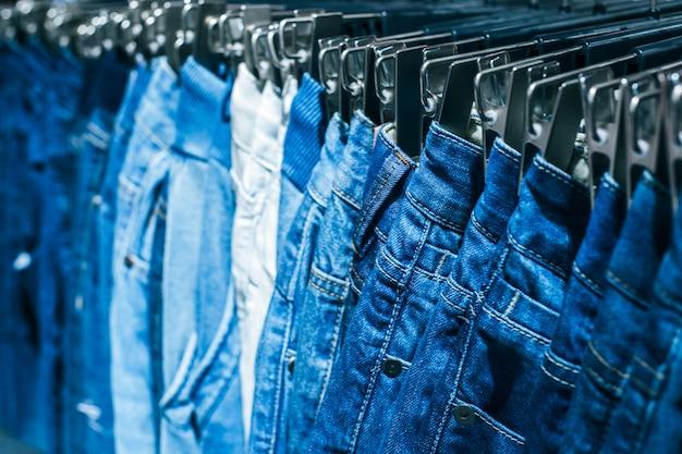 I vestiti differenti sui ganci si chiudono in su