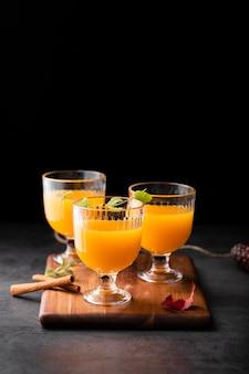 I vetri dei cocktail freschi copiano lo spazio