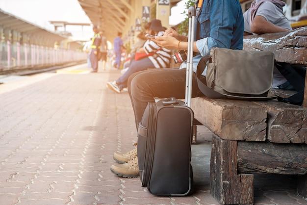 I viaggiatori cercano le mappe dal telefono