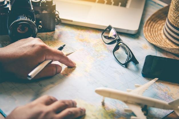 I viaggiatori stanno pianificando un viaggio cercando il percorso sulla mappa e cercando