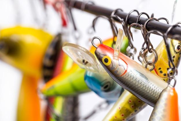 I wobblers colorati delle esche da pesca possono essere sospesi sul bianco della canna