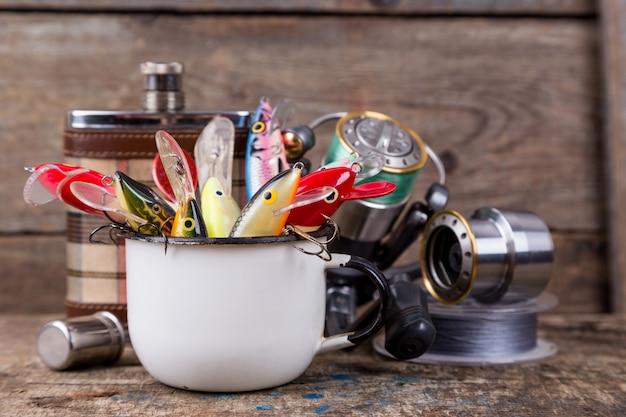 I wobblers delle esche da pesca sporgono dalla tazza del metallo bianco