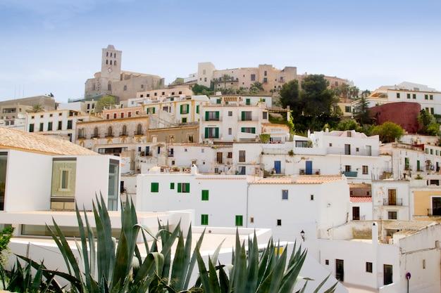 Ibiza bianca dalcila del villaggio dell'isola di balearic del centro in città