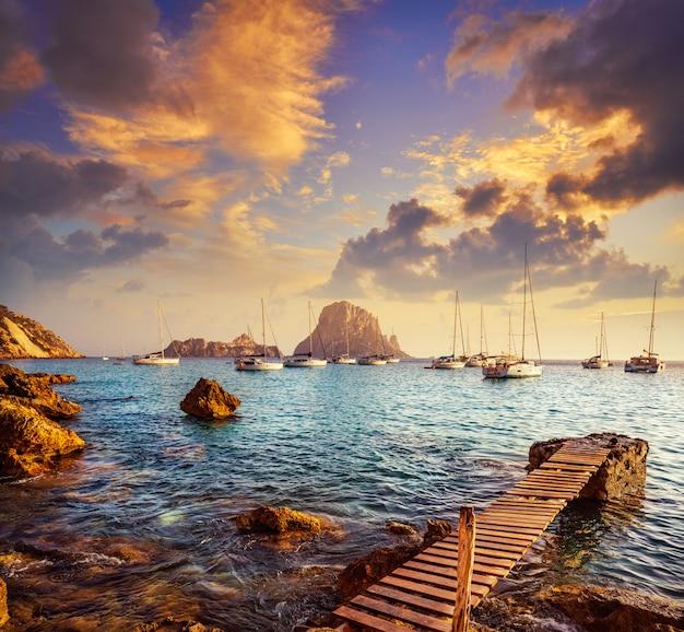 Ibiza cala d hort con tramonto dell'isola di es vedra