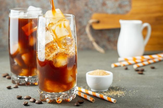 Ice caffè in un bicchiere alto con panna