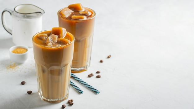 Ice caffè in un bicchiere alto con panna.