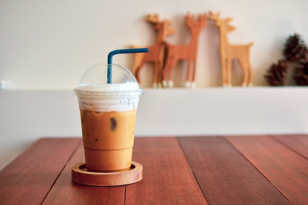 Ice caffè sul tavolo di legno presso la caffetteria cibi e bevande