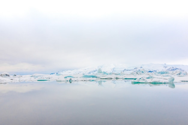 Iceberg in glacier lagoon, islanda.