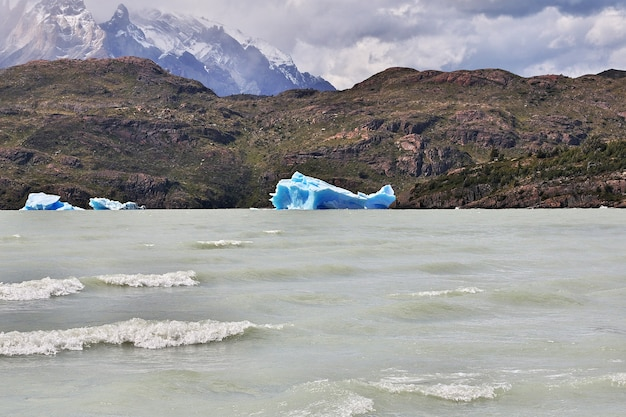 Iceberg sul lago grey, parco nazionale torres del paine, patagonia, cile