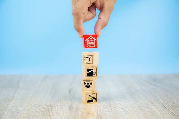Icona covid-19 su blocco giocattolo in legno. concetti per l'assistenza sanitaria e la prevenzione del coronavirus.