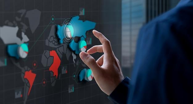 Icona della quota di mercato di tocco dell'uomo d'affari sullo schermo della mappa di mondo