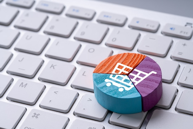 Icona dello shopping online sul puzzle colorato grafico a torta