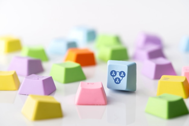 Icona di concetto di strategia aziendale, marketing e shopping online sulla tastiera del cubo e computer