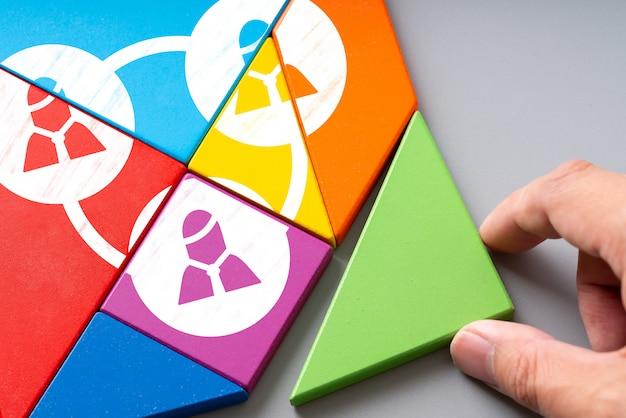 Icona di gestione delle risorse umane e risorse umane su puzzle colorato