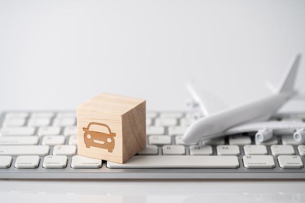Icona di viaggio sulla tastiera del computer per il concetto di prenotazione online