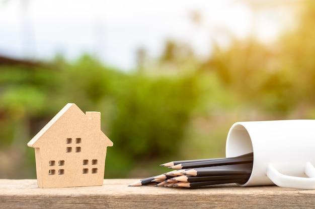 Icona domestica di legno marrone sullo scrittorio di legno di mattina. per lo sfondo immobiliare.