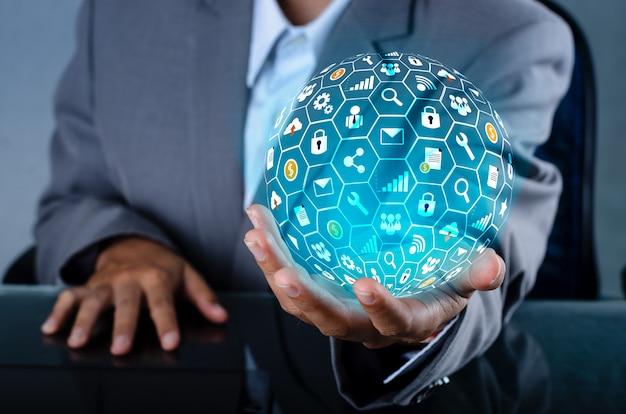 Icona internet world nelle mani di un uomo d'affari tecnologia di rete e comunicazione