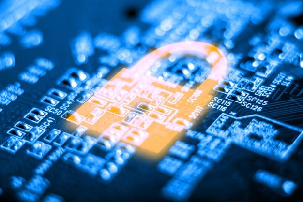 Icona lucchetto lucente sulla scheda elettronica con un microchip. concetto di tecnologia di sicurezza delle informazioni