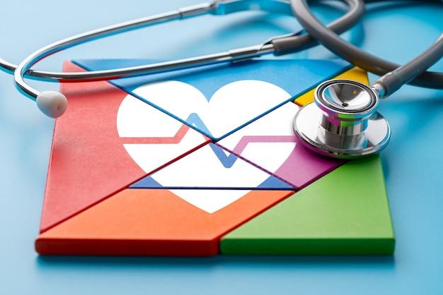 Icona medica su puzzle