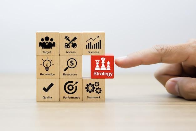 Icone di concetto di affari di strategia sui blocchi di legno.